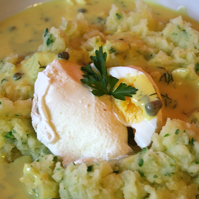 pochierte Eier mit Senfsauce und Kartoffel-Püree