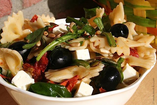 Aufgewärmt Pasta Salat Mit Getrockneten Tomaten Pinienkernen Und